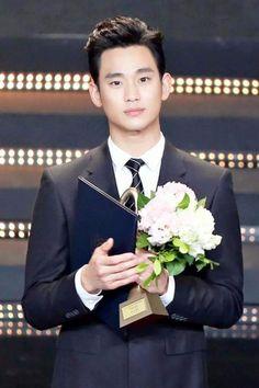 Kim soo hyun at the award stage. Poster Boys, Man Candy, Korean Actors, Kdrama, Singer, Celebrities, Korean, Earth, Celebs