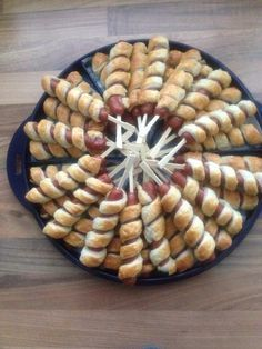 Snacks am Spieß - party snakes - FingerFood İdeen Scones Vegan, Dog Recipes, Cooking Recipes, Sausage On A Stick, Tapas, Appetizer Recipes, Appetizers, Snacks Für Party, Food Platters