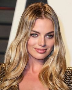 This gorgeous warm golden blonde balayage highlighted hair looks amazing with Margot Robbie's hazel green eyes and skin. Blonde Green Eyes, Hazel Green Eyes, Golden Blonde Hair, Hazel Eyes, Golden Blonde Highlights, Warm Blonde, Atriz Margot Robbie, Actress Margot Robbie, Margot Robbie Style
