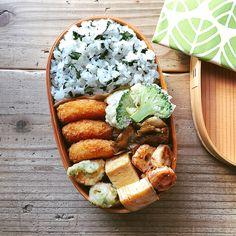 いいね!2,112件、コメント7件 ― まるさん(@maru_528)のInstagramアカウント: 「2017/09/15 今日のお弁当。 ・わかめごはん ・カニクリームコロッケ ・ブロッコリーのフリッター ・ちくわの磯辺揚げ ・ちくわの明太マヨ炒め ・舞茸のグリル ・だし巻き卵 *…」 Kawaii Bento, Cute Bento, Japanese Lunch Box, Japanese Food, Onigirazu, Bento Recipes, Bento Box Lunch, Kinfolk, Korean Food