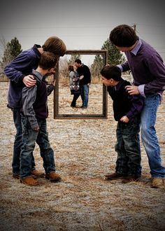 love this shot :) teachers in the frame, seniors holding it – Funny Photo İdeas