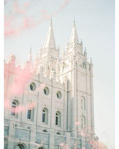 The Salt Lake Temple is sooooo pretty! Later Day Saints, Salt Lake Temple, Temple Pictures, Lds Art, Lds Temples, Mormon Temples, Lds Church, Monochrom, Aesthetic Backgrounds