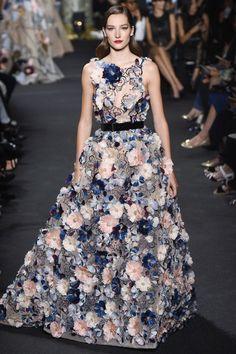 Die wunderschönsten, handgefertigsten Couture-Kleider: Auch wenn er nichtzu den experimentierfreudigsten Designern gehört, kenntSaab Schönheit, wie dieses schöne Blumengirlandenkleid zeigt.#ElieSaab #Couture #Fashion