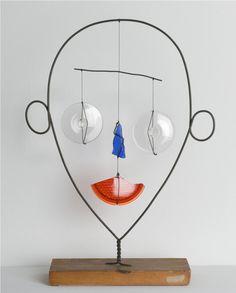 Alexander Calder, Carita , c. 1943, alambre de cobre, hilo, vidrio y madera