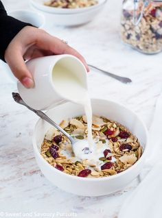 Bowl of homemade muesli made with oats, coconut flakes, pumpkin seeds, sunflower seeds and dried cranberries with milk. Healthy Sweet Treats, Healthy Snacks, Healthy Recipes, Healthy Muesli Recipe, Healthy Breakfasts, Healthy Baking, Homemade Cereal, Homemade Muesli, Brunch Recipes