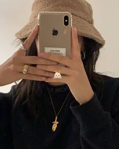 Discover recipes, home ideas, style inspiration and other ideas to try. Beige Aesthetic, Aesthetic Girl, Aesthetic Clothes, Makeup Aesthetic, Ulzzang Girl Fashion, Look Girl, Selfie Poses, Insta Photo Ideas, Grunge Hair