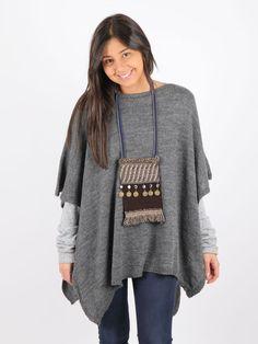 poncho de lana gris con pechera de antelina marrón handmade decorada con monedas y diferentes tipos de pasamanería