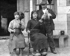 Degaña-Asturias.1927.Dos mujeres filando lana y lino con rueca y fuso.Ftf.Fritz Krüger.Muséu del Pueblu d'Asturies/Museo del Pueblo de Asturias.