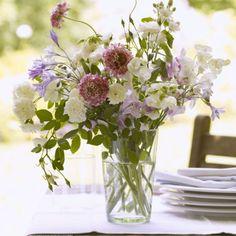 Farbtupfer auf jedem weißem Tisch: Größere Blumensträuße mit verschiedenen Arten wie frisch gepflückt.