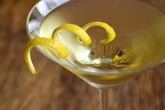 Ingredientes 3 doses de Gin 1 dose de Vodka 1 dose e meia de Lillet (ou Vermouth Martini Bianco) 1 raspa de limão siciliano (casca) Gelo a gosto  Modo de Preparo 1. Em uma coqueteleira, misture o gin, aSaiba Mais +