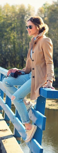 White converse + trench coat + denim