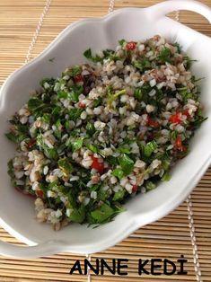 Daha önce Greçka Pilavı 'nın tarifini vermiştim. Çok sık olmasa da zaman zaman et yemeklerinin yanına pilavı yapıyorum. Salatası ise be...