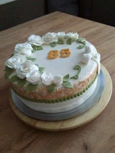 Geburtstagstorte  mit weißen Rosen und Blattgold Cake, Desserts, Food, Gold Leaf, Birthday Cake Toppers, Tailgate Desserts, Deserts, Kuchen, Essen