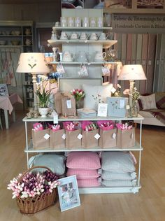 Kaunis äitienpäivän esillelaitto. / A beautiful display of Mother's Day gift ideas, see our website or ask in-store for inspiration