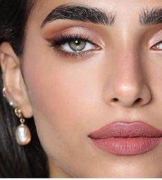 gold eyeliner smoky eyes, bold lipstick and nail art. Beautiful, natural make-up, make-up idea . Glam Makeup, Makeup Inspo, Makeup Eyeshadow, Makeup Inspiration, Makeup Brushes, Makeup Ideas, Makeup Tips, Green Eyeshadow, Party Makeup