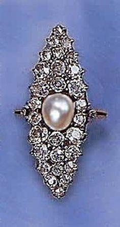 """Janesish Anello (1900) Oro , argento, brillanti e perla Anello con montatura in oro giallo e castoni in argento. Tale modello detto a """"marquise"""", molto comune tra la fine dell'800 ed i primi anni del '900, reca al centro una perla naturale intorno alla quale sono incastonati 28 diamanti di taglio antico."""