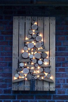 Christmas DIY: Illustration Description Het kersthuis van Marry op www. Rustic Christmas, Winter Christmas, Christmas Holidays, Christmas Ornaments, Wooden Christmas Crafts, Pallet Christmas Tree, Outdoor Christmas Trees, Painted Christmas Tree, Christmas Lights