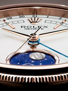 The Cellini Moonphase has a white lacquer dial with a blue enamelled disc at 6 o'clock showing the full moon and the new moon, the former depicted by a meteorite applique and the latter by a silver ring. The moonphase is read via the indicator set at 12 o'clock on the subdial, as the full moon and new moon rotate through the lunar cycle.