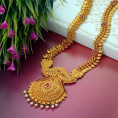 Explore the trendy collection of gold necklace set at Waman Hari Pethe Sons. Real Gold Jewelry, Gold Jewelry Simple, Gold Jewellery Design, Indian Jewelry, High Jewelry, Ethnic Jewelry, Jewelry Sets, Gold Haram Designs, Gold Mangalsutra Designs