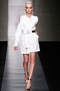 Fashion, Please: September 2011 Áo sơ mi trắng được thiết kế với kiểu dáng mới, quần eo ca. trang phục tạo nên hình thái mạnh mẽ