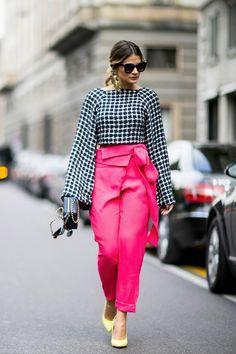 Comme chaque année, les modeuses rivalisent de style, haut perchées sur les pavés de Milan. On s'inspire de leurs looks ! Focus: pantalon rose taille haute avec blouse à carreaux