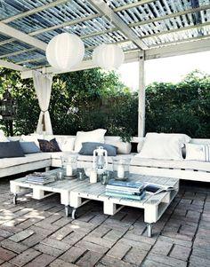 Inspiratie voor de tuin. - Loungebank en tafels van pallets.