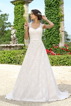 Traumkleid Emma Charlotte 2017 Traumkleid Emma Charlotte 2017 Who it is flattering on: A-Line wedding dresses are praised for their ability to look good on just about any body type. Elegant Wedding Dress, Dream Wedding Dresses, Bridal Dresses, Wedding Gowns, Bridesmaid Dresses, Pretty Dresses, Beautiful Dresses, Dream Dress, Bridal Collection