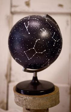 Globe de peint à la main / / galaxie Globe / / par KacyBeckDesign