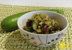 Caponata di zucchine (ricetta contorno). Ricetta della caponata di zucchine in agrodolce con olive e pinoli, contorno vegan perfetto per carne e pesce