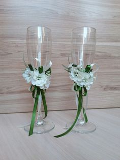 Store a wide choice of Macy's champagne flutes: crystal, wedding event champagne flutes & toasting flutes for any event. Wedding Wine Glasses, Diy Wine Glasses, Decorated Wine Glasses, Wedding Champagne Flutes, Outdoor Wedding Decorations, Wedding Centerpieces, Table Wedding, Wine Glass Crafts, Wedding Crafts