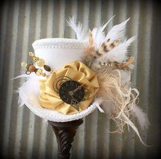 The White Rabbit in Gold Mini Top Hat Alice in por ChikiBird