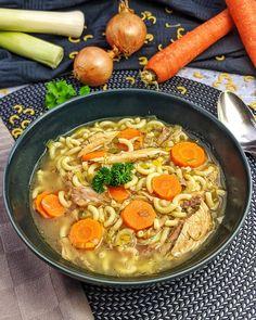 Classic chicken soup according to Grandma& recipe is the secret perennial favorite among . , Classic chicken soup according to Grandma& recipe is the secret perennial favorite among . Easy Soup Recipes, Lunch Recipes, Easy Dinner Recipes, Easy Meals, Healthy Recipes, Homemade Pesto Sauce, Homemade Soup, Healthy Soup, Chicken Soup
