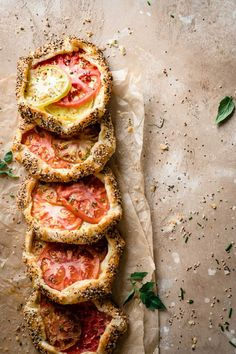 Tomato Savory Hand Pies made with flaky pie crust and herb infused goat cheese. … Tomato Savory Hand Pies made with flaky pie crust and herb infused goat cheese. Homemade tomato pies are a perfect summer recipe. Tomato Pie, Tomato Quiche, Tomato Recipe, Gula, Savory Tart, Hand Pies, Goat Cheese, I Love Food, Summer Recipes