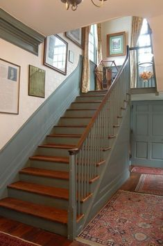 Trendy House Entrance Ideas Interior Stairways The decoration of our home is compared to an exhibit space that reveals our tastes and design ideas and that we naturall. Café Exterior, Colonial Exterior, Design Exterior, Exterior Colors, Colonial House Decor, Colonial Kitchen, Painted Staircases, Painted Stairs, Stained Staircase