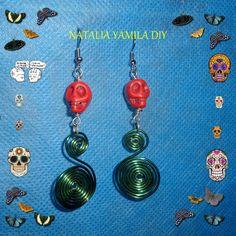 Aros / pendientes / aretes artesanales en alambre de aluminio verde esmeralda con detalle de calaveras de azúcar de resina . Skull handmade wire earrings