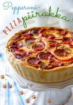 Pepperoni - pizzapiirakka Pizzan suosio pitää pintansa, mutta sellaisenaan se ei ole tyypillinen juhlatarjottava. Piirakan muodossa pizzasta kuitenkin kehkeytyi luontevasti kahvipöytään sopiva versio. Mauksi valitsin päivänsankarin toiveesta pepperonin ja paprikan. Pepperonin rasvaisuuden takia täyte voi jäädä löysäksi ilman perunajauhoja. Jos siis sovellat reseptiä, arvioi perunajauhojen tarve täyteainesten mukaan. Finnish Recipes, Pepperoni, Quiche, Baking, Breakfast, Food, Cakes, Party, Red Peppers