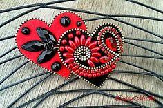 Brošňa v tvare dvoch sŕdc je ručne šitá z červeného a čierneho filcu, dozdobená zlatým zipsom, kabošonmi, korálikmi, štrasom. Podlepená filcom, s brošňovým mostík na pripnutie k oblečeniu....