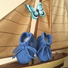 m baby boots pattern by Ana Alfonsin Knitting For Kids, Baby Knitting, Crochet Baby, Baby Boots Pattern, Tricot Baby, Baby Bootees, Knit Baby Booties, Knit Shoes, Baby Slippers