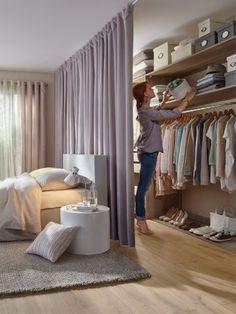 Modelos de Closet atrás da cama com divisória de cortina - - Room Decor Bedroom, Bedroom Furniture, Furniture Layout, Furniture Ideas, Room Divider Ideas Bedroom, Apartment Furniture, Apartment Interior, Design Bedroom, Small Space Furniture