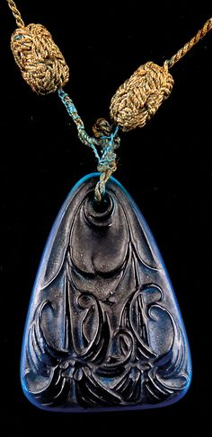 René Lalique - An Art Deco pendant 'Lys', circa 1920. Length 5.2 cm. Blue moulded glass, lilies. Signed: R. LALIQUE. #Lalique #ArtDeco #pendant