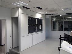 Mampara especial integrando monitores