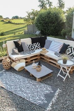 Pallet Lounge DIY, so you can build your own lounge on the terrace or balcony, in just a few steps and at low cost! Terrace design ideas and tips, mattresses for pallet lounge, build terrace furniture Garden Furniture Design, Pallet Garden Furniture, Garden Design, Outdoor Furniture Sets, Outdoor Decor, Pallets Garden, Furniture Ideas, Antique Furniture, Furniture Online