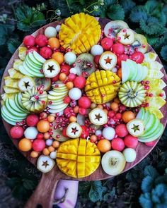 My kind of date. Allow me to feed you some juicy fruit, as I steal a sensual/erotic kiss in the process! Healthy Fruits, Healthy Recipes, Party Food Platters, Fruit Platters, Fruit Photography, Charcuterie Board, Aesthetic Food, Creative Food, Food Design