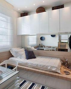 Solução para quartos pequenos!  Armário em cima da cama, espelho para ampliar e cama com gavetas.  (Autor desc.)