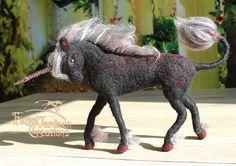 Schwarzes Einhorn - Nadel gefilzt aus Wolle - posierbar - Fantasie aus dem Zauberwald - Soft Skulptur