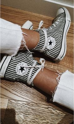 Cute Converse, Dress And Converse, High Top Converse, Converse Noir, Converse Shoes, Converse Chuck Taylor High, Zapatos Shoes, Outfits With Converse, High Top Sneakers