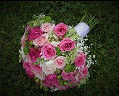 Svadobná kytica z ružových ruží. Kombinácia troch odtieňov ružovej jemne doplnená drobnými kvietkami  gypsomilky.  #wedding #weddingbouquet #bridalbouquet #roses #svadobnákytica #slovakia Floral Wreath, Wreaths, Rose, Flowers, Plants, Wedding, Decor, Fashion, Casamento