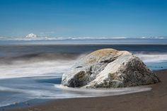 Beständig und unbeweglich liegt der Fels im Wasser und strahlt ein Gefühl von ewiger Ruhe aus. Ein Foto von Stefan Arendt aufgenommen am Kenaistrand in Alaska. #wallpaper