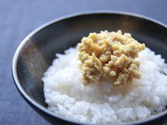 「豆腐の味噌漬け【秘伝豆酩(とうべい)】」 自家製の豆腐を、秘伝のもろみに5ヶ月間漬け込んで低温で長期間熟成させることで、クリームチーズのようにやわらくとろけるように、中はもろみの味が芯までしみこんだ独特のコク。