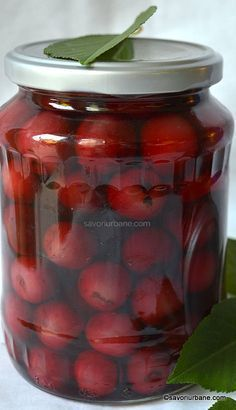 compot de cirese reteta simpla savori urbane Canning Tips, Canning Recipes, Canning Pickles, Jacque Pepin, Pickling Cucumbers, Romanian Food, Meals In A Jar, Health Snacks, Cata
